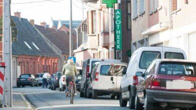 Photo of شوارع أنتويرب أضيق من أن تتحمل سيارة ودراجة معاً